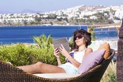 Gelukkige vrouw die van de de zomervakantie met tablet in de handen genieten Royalty-vrije Stock Foto's