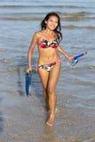 Gelukkige vrouw die van het overzees lopen stock afbeelding