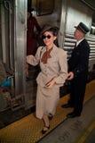 Gelukkige vrouw die van trein krijgt Stock Fotografie