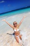 Gelukkige vrouw die van vakantie op tropisch strand geniet Stock Foto
