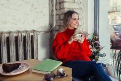Gelukkige vrouw die van wat koffie in een cafetaria genieten royalty-vrije stock afbeelding