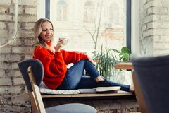 Gelukkige vrouw die van wat koffie in een cafetaria genieten royalty-vrije stock fotografie