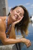 Gelukkige Vrouw die van zonnige dag geniet bij Jachthaven Royalty-vrije Stock Afbeelding
