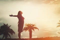 Gelukkige vrouw die van zonsondergang genieten bij strand De vakantie van de zomer Royalty-vrije Stock Afbeeldingen