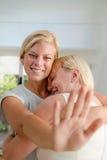 Gelukkige vrouw die verlovingsring toont aan moeder royalty-vrije stock fotografie