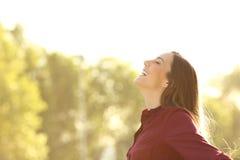 Gelukkige vrouw die verse lucht in openlucht ademen Royalty-vrije Stock Afbeeldingen