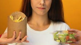 Gelukkige vrouw die verse salade in plaats daarvan frieten, gezonde manier kiezen van het leven stock videobeelden