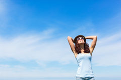 Gelukkige vrouw die vrije tijds van vakantie genieten Royalty-vrije Stock Afbeeldingen