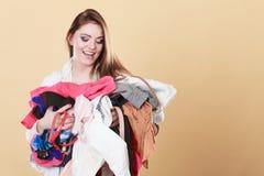 Gelukkige vrouw die vuile wasserijkleren dragen stock afbeeldingen