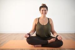 Gelukkige vrouw die yoga doet royalty-vrije stock foto