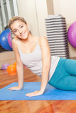 Gelukkige vrouw die yoga maken Stock Fotografie