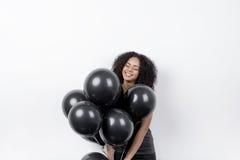 Gelukkige vrouw die zwarte ballons houden Royalty-vrije Stock Foto's
