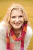 Gelukkige vrouw in een de herfstpark Royalty-vrije Stock Afbeeldingen