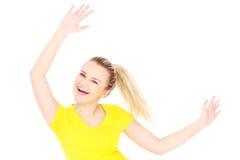 Gelukkige vrouw in een gele t-shirt stock fotografie