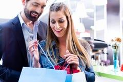 Gelukkige Vrouw en man die in wandelgalerij winkelen Royalty-vrije Stock Foto's