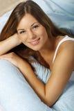 Gelukkige vrouw in haar bed het dichte omhoog glimlachen Royalty-vrije Stock Afbeeldingen