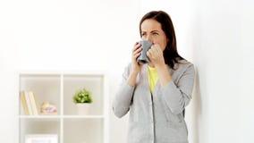 Gelukkige vrouw het drinken thee of koffie thuis stock videobeelden