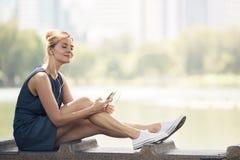 Gelukkige vrouw het luisteren muziek online met hoofdtelefoons stock afbeeldingen