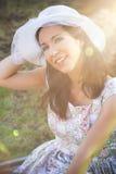 Gelukkige vrouw in het park met hoed royalty-vrije stock afbeeldingen