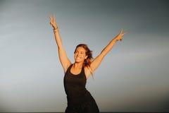 Gelukkige vrouw Het teken van de overwinning Verschillende 3d bal Stock Fotografie