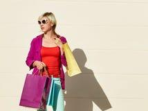 Gelukkige vrouw het winkelen zakken Stock Foto's