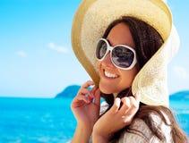 Gelukkige vrouw in hoed op het strand stock foto's
