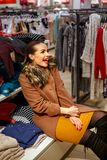 Gelukkige vrouw in kledingsopslag het winkelen Royalty-vrije Stock Foto's