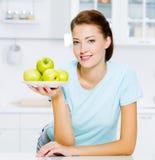 Gelukkige vrouw met appelen op een plaat royalty-vrije stock foto's