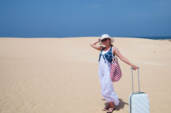 Gelukkige vrouw met bagage Stock Afbeeldingen