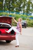 Gelukkige vrouw met bagage Stock Fotografie