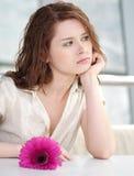 Gelukkige vrouw met bloem bij het dateren Stock Foto's
