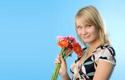 Gelukkige vrouw met bloemen royalty-vrije stock afbeelding