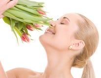 Gelukkige vrouw met bloemen royalty-vrije stock afbeeldingen