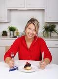 Gelukkige vrouw met cake Stock Fotografie