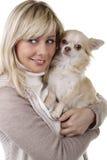 Gelukkige vrouw met chihuahua van de overlappingshond Stock Foto's