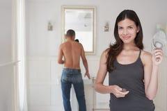 Gelukkige Vrouw met de Mens die Klaar in Badkamers worden stock foto