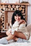 Gelukkige vrouw met de thee van kopfo Royalty-vrije Stock Afbeelding