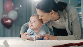 Gelukkige vrouw met een baby stock videobeelden