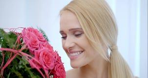 Gelukkige Vrouw met een Boeket van Roze Rose Flowers stock video