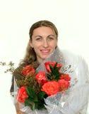 Gelukkige vrouw met een boeket van rozen Royalty-vrije Stock Foto's