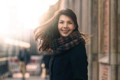 Gelukkige vrouw met een mooie glimlach op een de winterstraat stock foto's