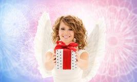 Gelukkige vrouw met engelenvleugels en verjaardagsgift stock afbeeldingen