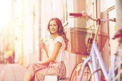 Gelukkige vrouw met fiets en roomijs Stock Afbeeldingen
