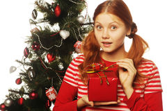Gelukkige vrouw met giftdoos en Kerstmisboom Royalty-vrije Stock Afbeeldingen