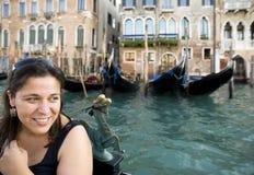 Gelukkige vrouw met gondel in Venetië Royalty-vrije Stock Fotografie