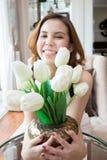 Gelukkige Vrouw met haar tulpen in de vaas. Royalty-vrije Stock Fotografie