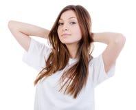 Gelukkige vrouw met handen achter hals Stock Fotografie