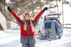 Gelukkige vrouw met handen die omhoog van in de winter genieten royalty-vrije stock fotografie