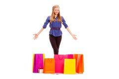 Gelukkige vrouw met het winkelen zakken op de vloer Stock Afbeeldingen