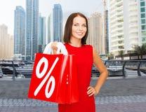 Gelukkige vrouw met het winkelen zakken over de stad van Doubai Royalty-vrije Stock Foto's